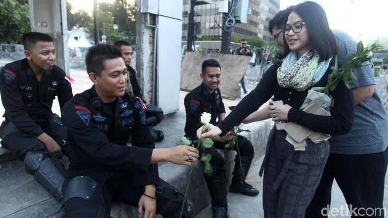 Asyik Polisi Dapat Bunga dari Mahasiswi Cantik