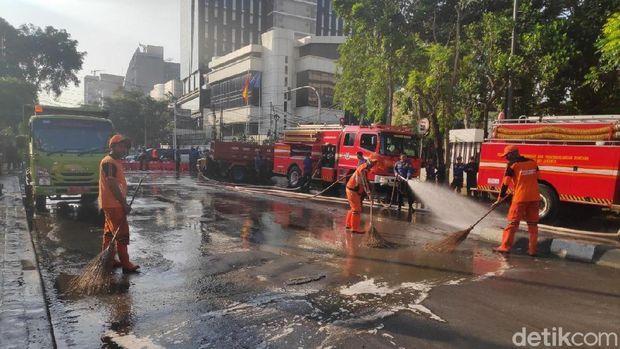 Kondisi Depan Bawaslu Kondusif, Sisa Ricuh Semalam Dibersihkan