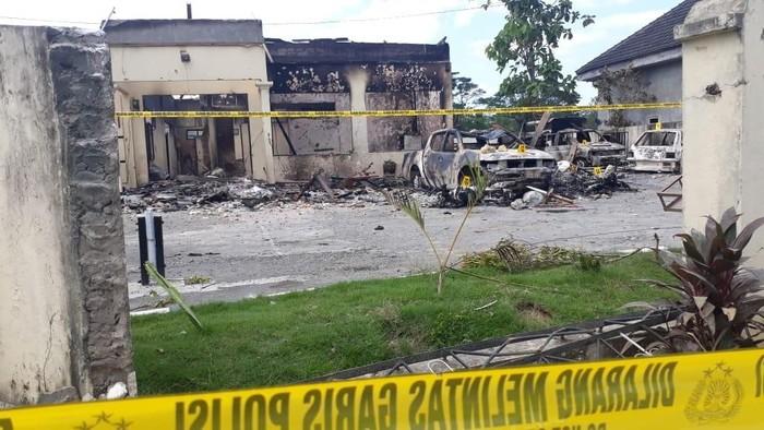 Polsek Tambelangan pasca dibakar massa/Foto: Wida Subianto (CNN Indonesia)