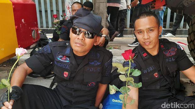 Bunga mawar untuk polisi di Bawaslu, Kamis (23/5/2019)
