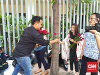 Sekuntum Mawar Merah untuk Pak Polisi dan Tentara