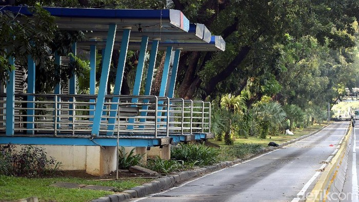 Halte TransJakarta Monas nampak sepi karena tak beroperasi. Halte itu ditutup sementara untuk mengantisipasi terjadinya aksi di area sekitar Bawaslu.