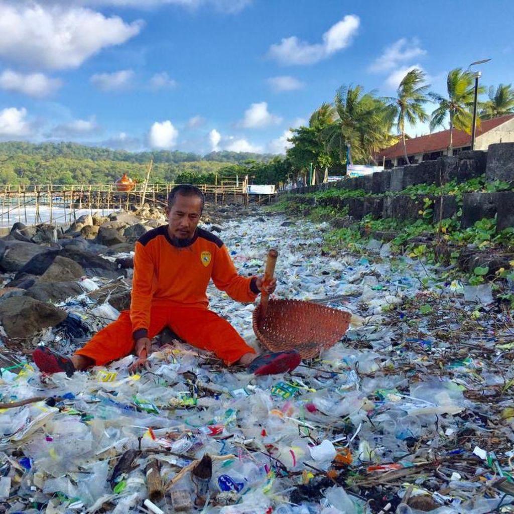 Pemprov Jabar Rumuskan Solusi Masalah Sampah Pantai Pangandaran