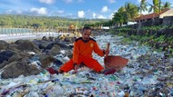 Pantai Pangandaran Masih Diserbu Sampah Plastik