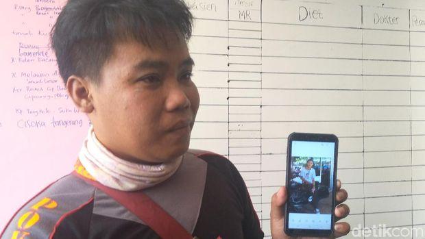 Muhidin menunjukkan foto adiknya yang hilang kontak, Dian Masyhur