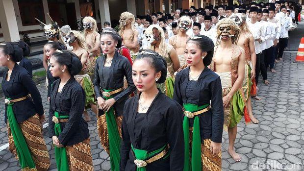 Syukuran Jokowi Menang Pilpres, Warga Solo Kirab 1001 Tumpeng
