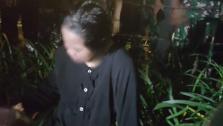 Begini Pergerakan Perempuan Serbahitam Sebelum Dekati Barikade Polisi