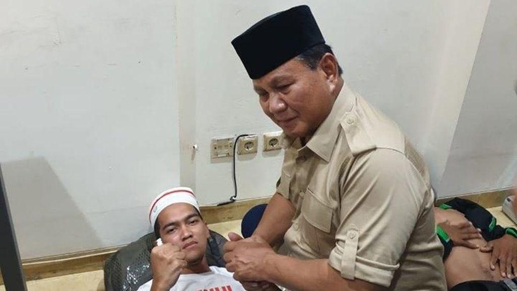 Momen Prabowo Jenguk Massa Pendemo di Bawaslu yang Terluka