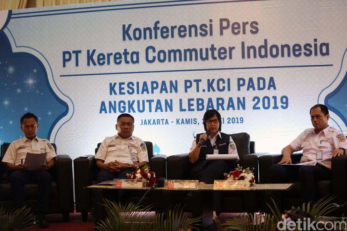 Direktur Utama PT KCI Wiwik Widayanti, menyampaikan kesiapan Kereta Commuterline hadapi lonjakan penumpang jelang musim liburan Lebaran 2019 saat konpers di Kawasan Menteng, Jakarta Pusat, Kamis (23/5/2019).