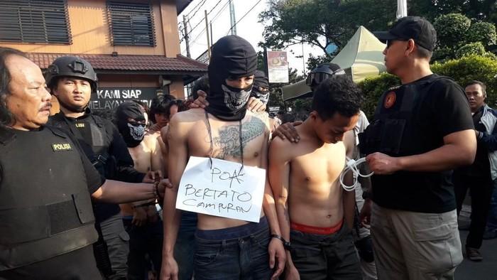 Sebagian tersangka rusuh 22 Mei yang diamankan polisi (Foto: Isal Mawardi/detikcom)
