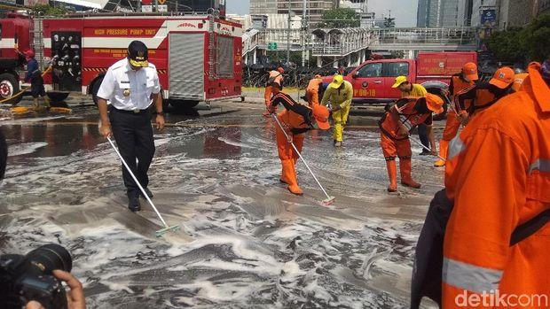 Bersama PPSU-Petugas Damkar, Anies Bersihkan Jalan di Depan Bawaslu