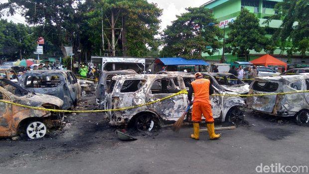 Pasukan Oranye Bersih-bersih, Kumpulkan Sampah 1 Truk Pasca Rusuh Slipi