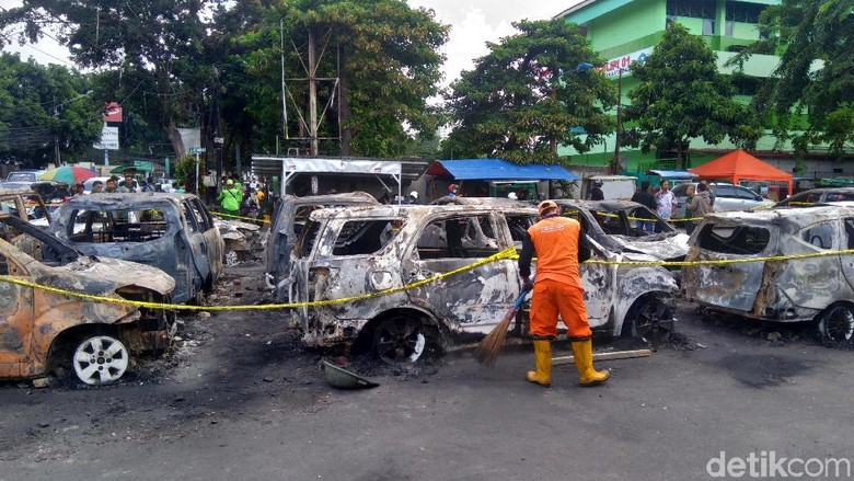 Pasukan Oranye Bersih-bersih, Kumpulkan Sampah 1 Truk Pascarusuh Slipi