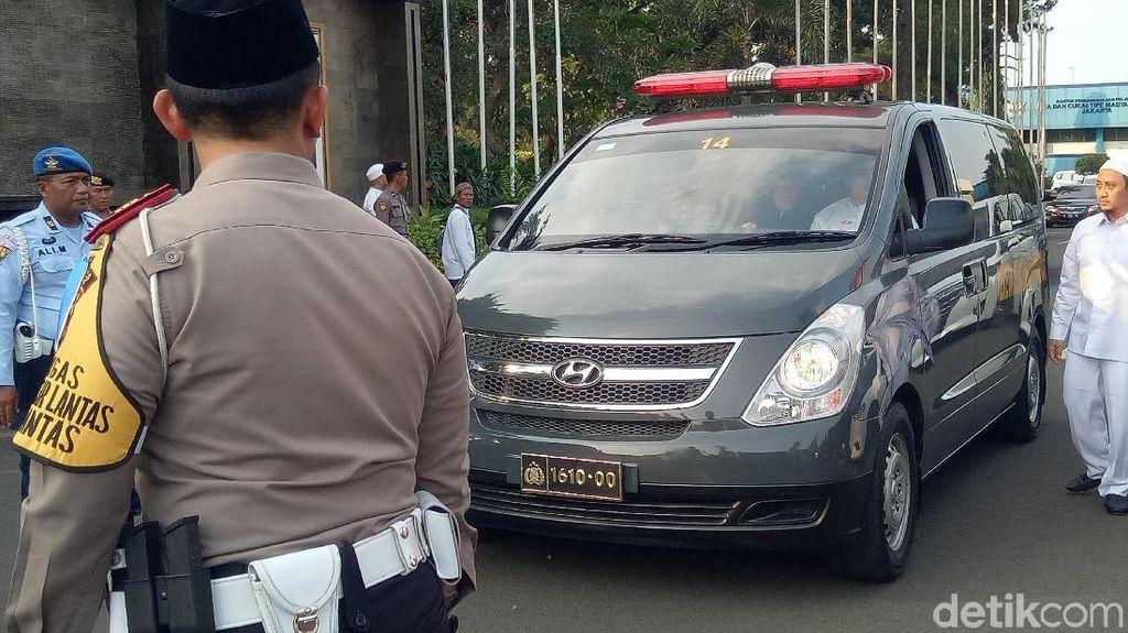 Ibunda Menangis, Istri Ustaz Arifin Ilham Tegar saat Tiba di Bandara Halim