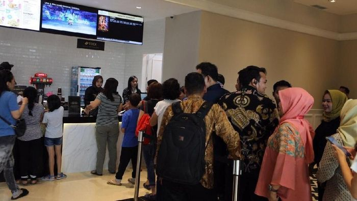 Calon penonton bioskop sedang mengantre beli tiket film di Cinemaxx Meikarta. Foto: Dok. Meikarta.