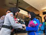 Seikat Bunga untuk Polisi dari Mahasiswi di Jember