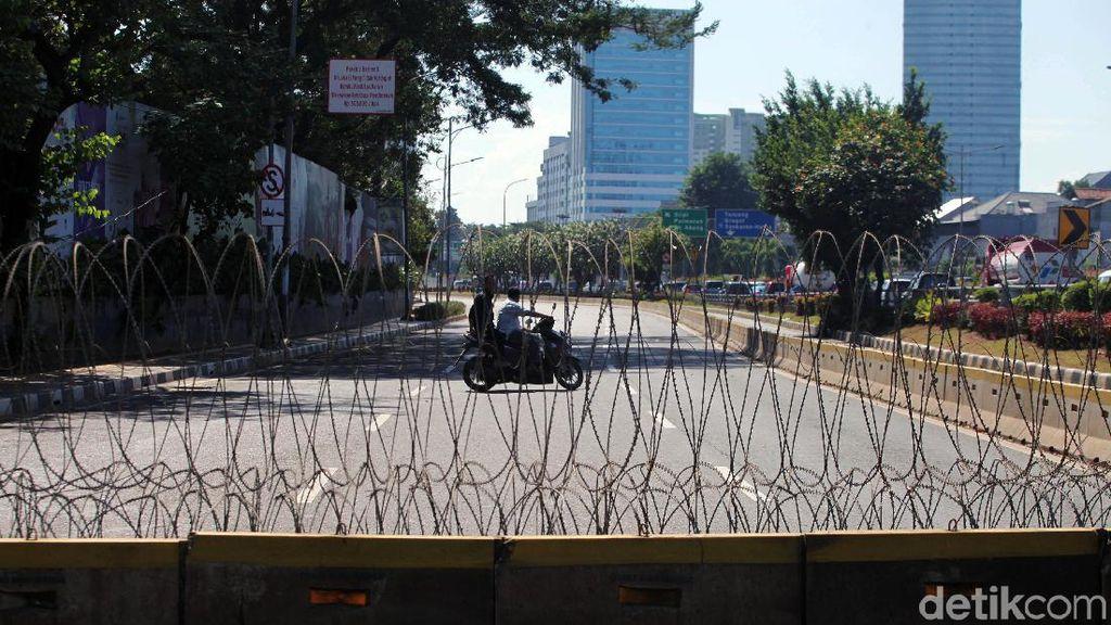 Lalin di Gatsu yang Mengarah ke Gedung DPR Masih Ditutup
