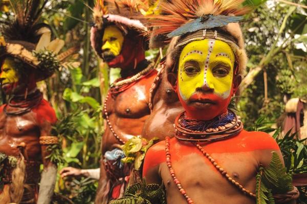 Tradisi mengecat wajah suku Huli ini sudah berlangsung sejak zaman dulu hingga kini. Usut punya usut, suku Huli sendiri baru pertama kali diketahui sekitar tahun 1934 oleh penjelajah dari Belanda (iStock)