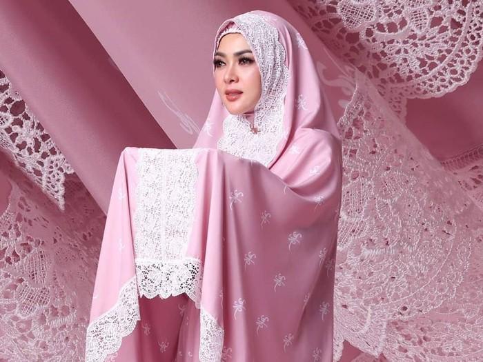 Mukena Fatimah Syahrini Sold Out Jelang Idul Adha. Foto: Instagram/FatimahSyahrini