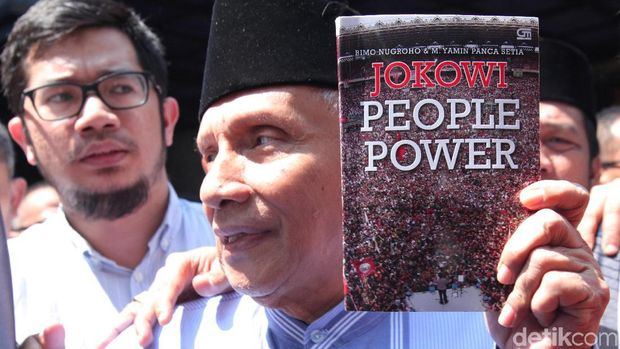 Istri Penulis: Isi Buku 'Jokowi People Power' Beda dengan Narasi Amien Rais