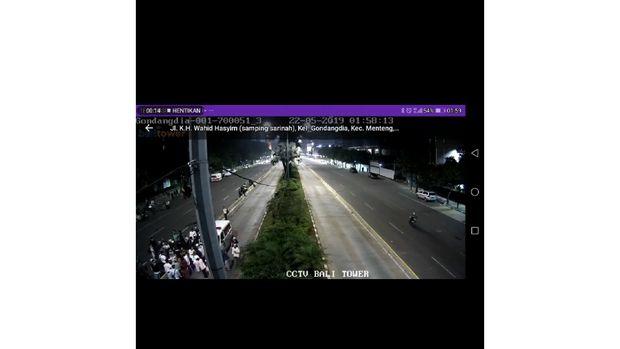 Ambulans Gerindra menurunkan massa di Gondangdia terekam CCTV.
