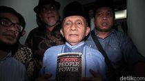 Amien Rais Bawa Buku Jokowi People Power Saat Sambangi Polda