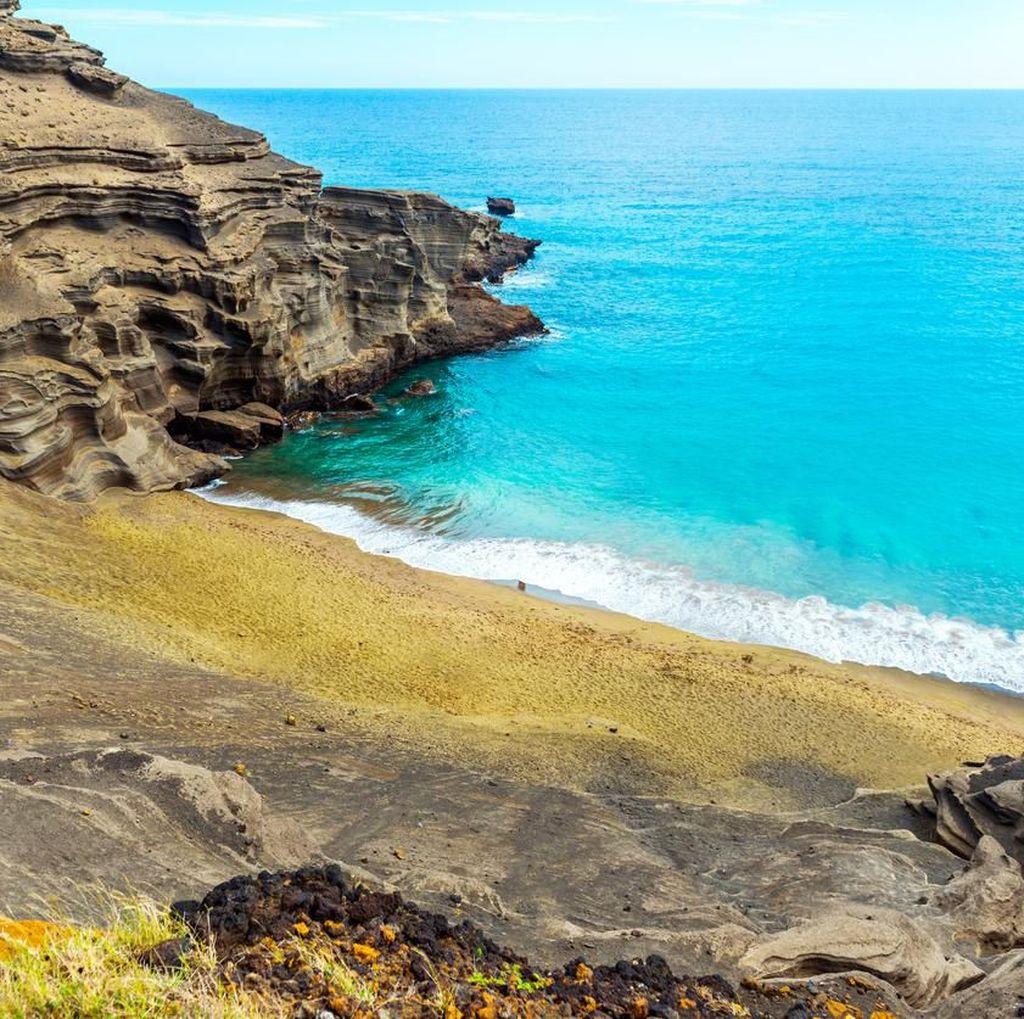 Foto: Pasir Pantai Kok Warnanya Hijau?