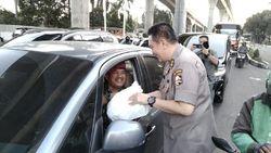 Rangkul Warga, Polri Bagikan Takjil dan Nasi Kotak ke Pengendara di Jaksel