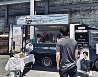 Skor Sama! Giliran Lee Dong Wook yang Kirim Coffee Truck Untuk Gong Yoo