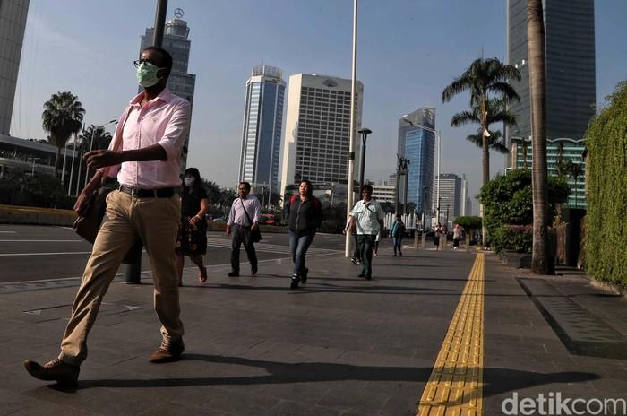 Para pekerja di kawasan Jalan MH Thamrin, Jakarta Pusat, mulai beraktivitas normal. Para pekerja kantoran ini terlihat hilir mudik.