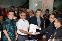 Tim hukum Prabowo-Sandiaga saat mendaftarkan gugatan ke MK