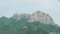 Ulsanbawi Rock yang terlihat dari kereta gantungnya (Afif Farhan/detikTravel)