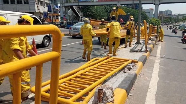 Pemprov DKI Perbaiki Pagar Pembatas Jalan yang Rusak Akibat Rusuh 22 Mei