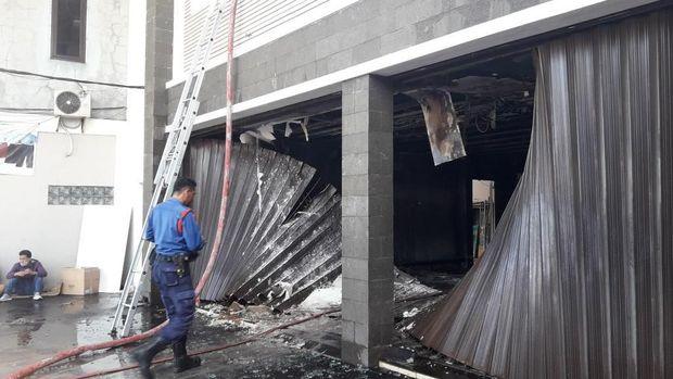 Bangunan habis terbakar.
