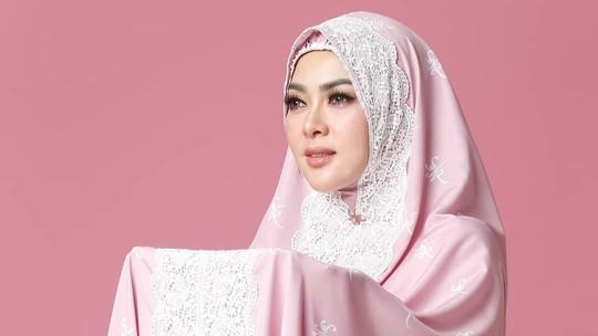 Laura Basuki, Mukena Syahrini hingga Transformasi Wajah Agnez Mo