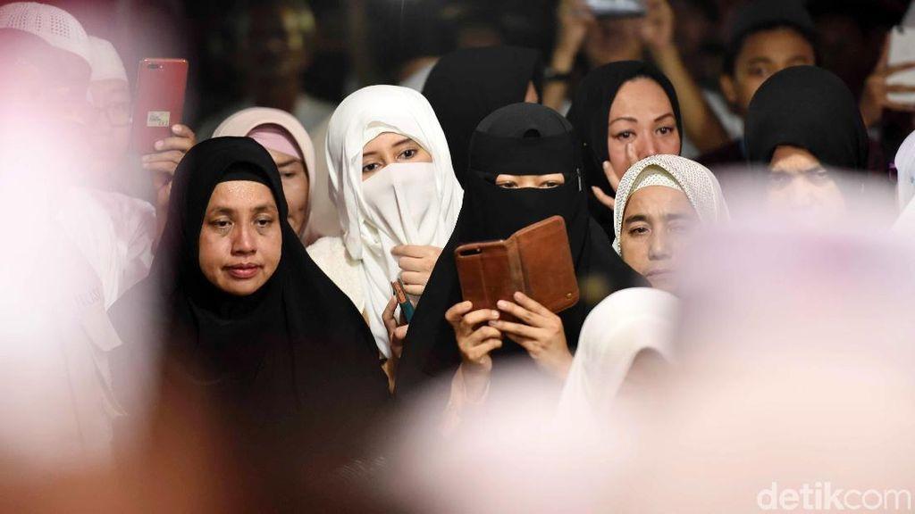 Posting Foto Terakhir Bersama Arifin Ilham, Istri Merasa Lebih Tenang
