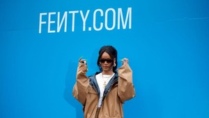 Koleksi Baju RIihana dan LVMH Diirlis, Netizen Sebut Kemahalan