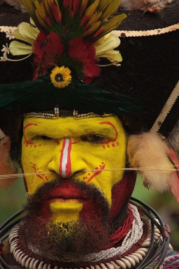 Mereka mengecat wajahnya dengan bahan-bahan alami. Diyakini, wajah kuningnya dapat membuat suku-suku lain ketakutan (iStock)