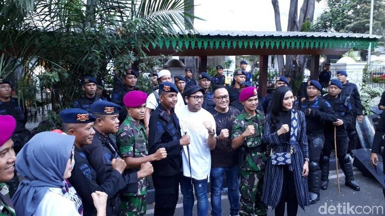 Artis-artis Bagikan Makanan ke TNI-Polri di Depan Gedung MK