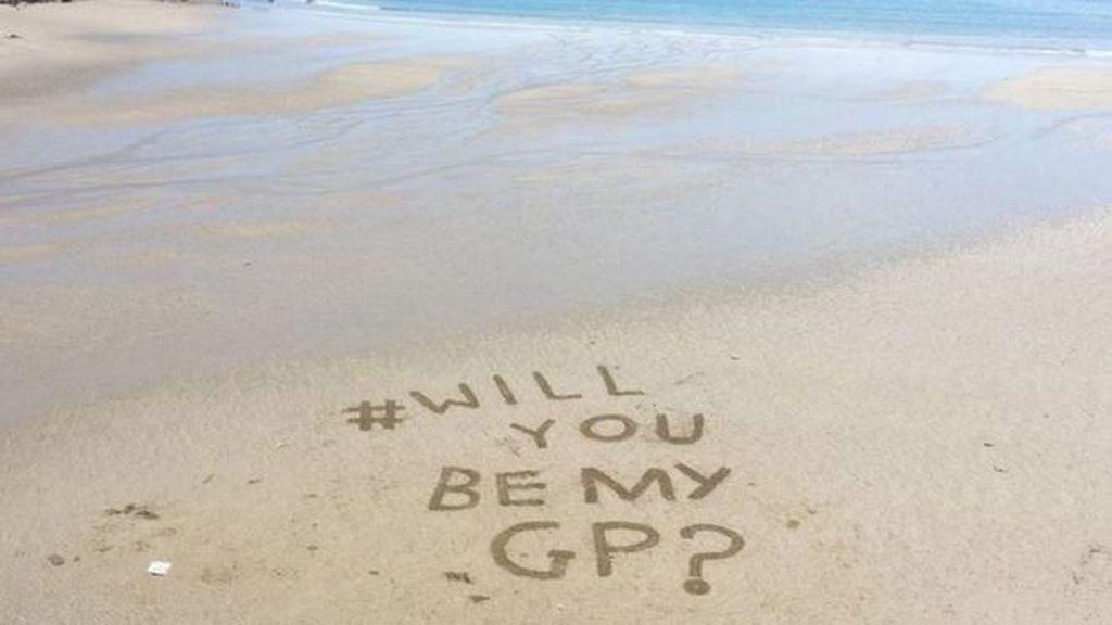 Kehilangan Dokter, Warga Buat Pesan Menyentuh di Atas Pasir Pantai