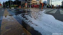 PPSU dan Damkar Gotong Royong Bersihkan Jalan di Depan Bawaslu Pagi Ini
