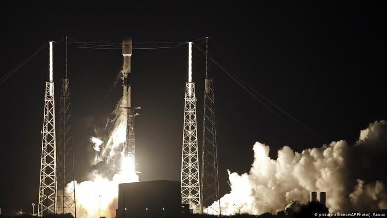 60 Satelit Diluncurkan SpaceX