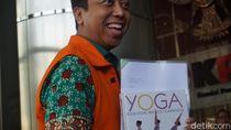Kembali Diperiksa KPK, Rommy Bawa Buku Yoga