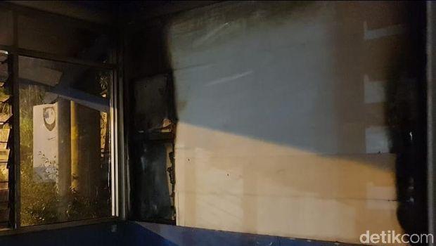 Kondisi bagian dalam Pospol Fajar Indah yang terbakar.