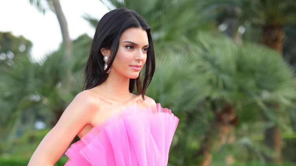 Kendall Jenner dan Jennifer Lopez Pakai Gaun Serupa, Siapa Lebih Stylish?