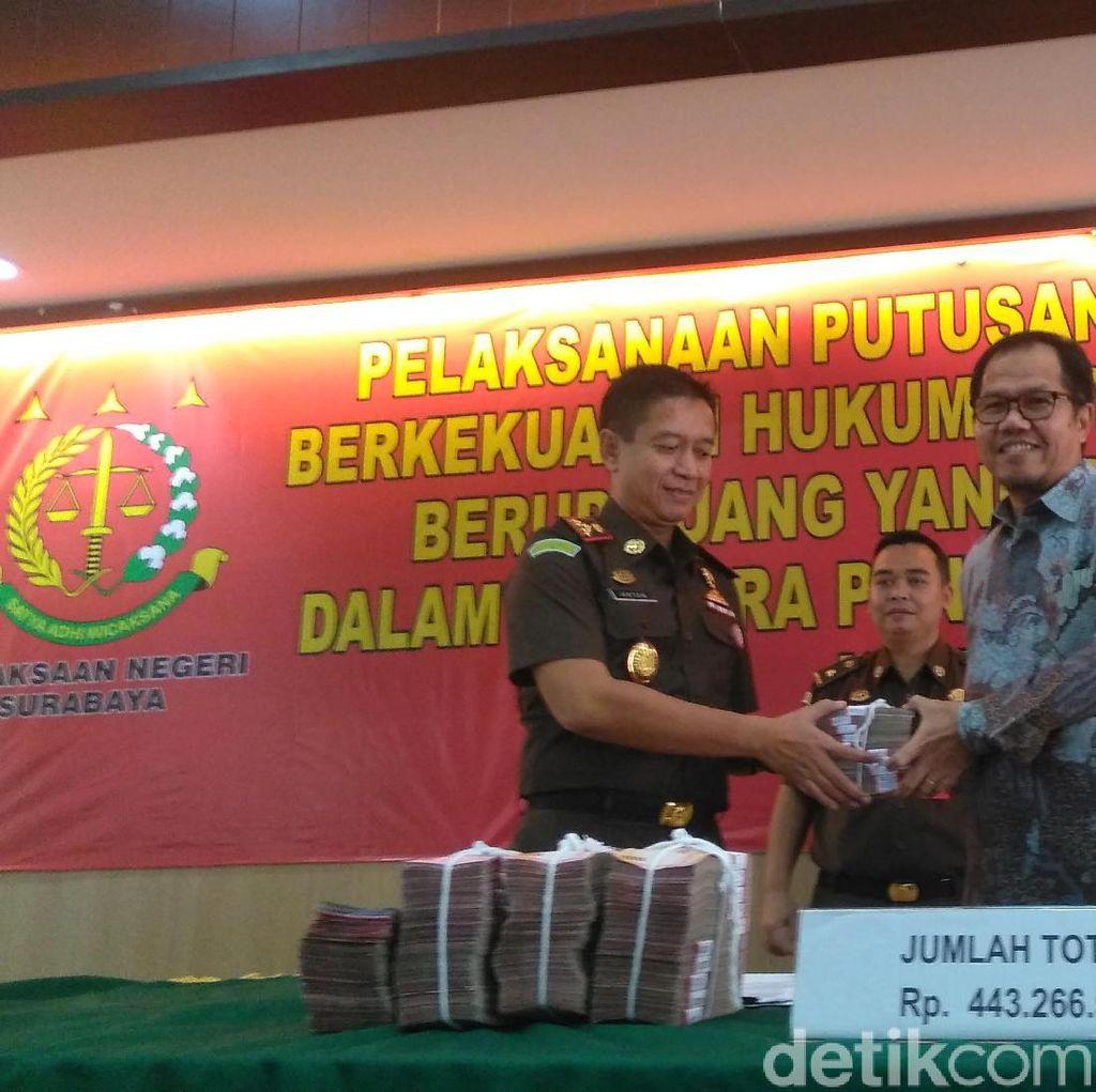Kejari Surabaya Serahkan Uang Hasil Rampasan Korupsi ke LPDB