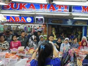 Banjir Pelanggan, Omzet Penjual Kue Kering Lebaran Ini Naik 3 Kali Lipat!