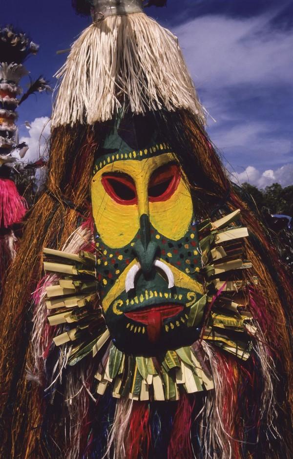 Warna-warna cerah bagi suku Huli adalah warna-warna para leluhur. Mengecat wajah dengan warna kuning, diyakini akan mendekatkan diri dengan para leluhur dan selalu merasa dilindungi (iStock)