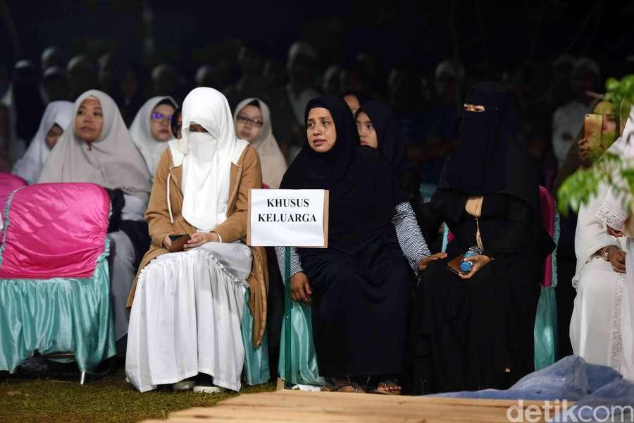 Dirundung Duka, Para Bidadari Ustaz Arifin Ilham Saling Menguatkan