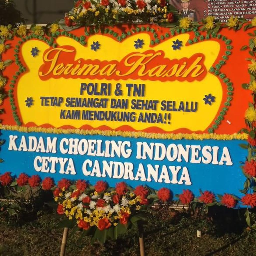 Ungkap Massa Perusuh 22 Mei, Polres Jakbar Dibanjiri Karangan Bunga